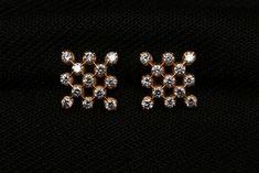Diamond Earrings Indian, Diamond Necklace Set, Diamond Jewelry, Gold Jewelry, Jewelry Design Earrings, Gold Earrings Designs, Gold Bangles Design, Gold Jewellery Design, Cute Stud Earrings