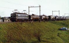 In de jaren 70 rijdt NS 1158 bij Deventer, vlak voor de enkelsporige noodbrug met ketelwagens.Deze werden ingezet voor het zwavelvervoer. In Nederland waren er afnemers voor dit spul, dat doorgaans uit Grossenkneten kwam.  Foto Archief OVM. Dutch, Train, Iron, Historia, Dutch Language, Strollers
