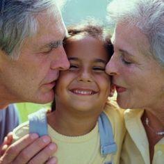 La presencia de los abuelos en la vida de sus nietos es un recurso muy valioso en todos los sentidos. Ellos pueden contribuir con su experiencia, sus cuidados, consejos, y sobretodo, con su presencia familiar.