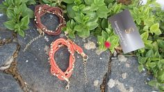 Moderna pulseira mix de cordão encerado bege com strass. <br>Perfeita combinação do rústico do cordão e o luxo do strass. <br>Pulseira de duas voltas no braço também nas cores vermelho, rosa, laranja e marrom.