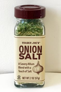 Trader Joe's new Onion Salt is the new secret ingredient you'll want to have stocked in your spice cabinet. It's a supersavory blend of granulated onion, Gifts For Cooks, Food Gifts, Trader Joes Food, Trader Joe's, Best Trader Joes Products, Minced Onion, Garlic Minced, Popsugar Food, Honey Butter