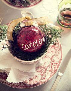 A bola foi parar na mesa e marca o lugar do convidado. Para escrever, use caneta corretiva (Decoração de Natal | Christmas decor) #natal #navidad #christmas