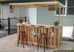 Creative and Simple Yet Affordable DIY Outdoor Bar Ideas. homemade outdoor bar ideas diy outdoor bar top ideas diy outdoor bar table ideas diy outdoor patio bar ideas diy bar ideas for basement Bar Pallet, Palet Bar, Pallet Wood, Pallet Storage, Pallet Patio, Bar Patio, Backyard Bar, Porch Bar, Backyard Ideas