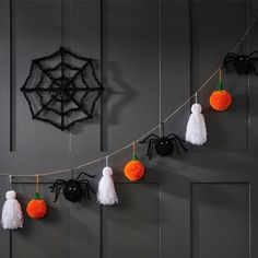 A Halloween pom pom garland is simple to make and looks adorable when hung up. This easy guide creates spooky but cute pom pom pumpkins, spiders and ghosts. Theme Halloween, Halloween 2020, Cute Halloween, Halloween Crafts, Halloween Decorations, Imprimibles Halloween, Manualidades Halloween, Adornos Halloween, Fall Crafts