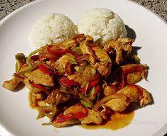Jednoduchá rýchlovka z kuracích pŕs. Pripravujem ju zvlášť v letných mesiacoch, keď sa mi nechce tráviť čas v kuchyni dlhým vyváraním. Kuracie mäso je krehké a nasiaknuté chuťami použitej čerstvej zeleniny. Podávam ho s ryžou, ale chutné je aj s čerstvým chlebíkom. Kung Pao Chicken, Poultry, Chicken Recipes, Recipies, Food And Drink, Menu, Rice, Cooking Recipes, Ethnic Recipes