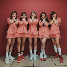 Photo album containing 3 pictures of ITZY Kpop Girl Groups, Korean Girl Groups, Kpop Girls, K Pop, Comeback Stage, Fandom, Stage Outfits, Looks Style, New Girl