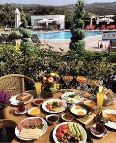 Tatil yüklemesine devam...😎🏖 Güne Assos'ta kuş cıvıltıları eşliğinde, güzel bir kahvaltıyla başlıyoruz👐  Assos'ta denizi kum olan 🏖 yer tavsiyesi istemişsiniz; o halde yıllardır tanıdığımız adres @assosbarbarossahotel 'i önerelim. Detaylar blogda www.kucukoteller.com.tr/assos-barbarossa-hotel Istanbul Turkey, Outdoor Dining, Table Settings, Photography, Al Fresco Dinner, Place Settings, Tablescapes