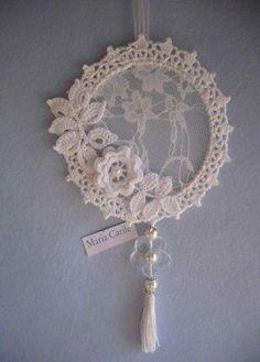 Embroidery hoop dream catcher diy new ideas - Her Crochet Crochet Home, Irish Crochet, Crochet Crafts, Crochet Projects, Diy Crafts, Mandala Au Crochet, Crochet Doilies, Crochet Flowers, Doily Dream Catchers