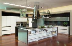 Cozinha cm ilha e armacao de vidro em cima.