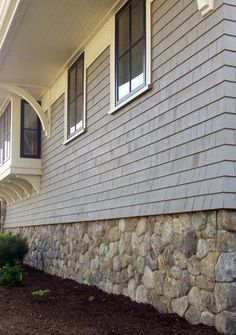 Home Remodeling Outdoor Manufactured stone veneer is a hot new project in expected to recoup of its cost nationally on average. Why not try a stone foundation skirt like this one? Home Design Decor, House Design, Design Ideas, Facade Design, Exterior Design, Diy Exterior, House Skirting, Deck Skirting, Stone Veneer Siding