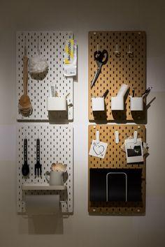 """Rangements muraux """"DDD Skâdis"""", IKEA. Toujours dans son objectif d'aménager au mieux les petites surfaces, IKEA propose dans cette collection ces rangements muraux qui peuvent accueillir pots pour ranger les couverts, crochets pour les torchons ou autres…"""