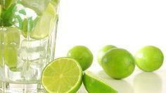 Grillailun ohella maistuu raikas juotava. Tämän keväisen boolin voit valmistaa ilman alkoholia tai sitten terästää sen vaalealla rommilla. MOJITOBOOLI Smoothies, Smoothie Recipes, Detox Juice Cleanse, Detox Plan, Alkaline Foods, Nutribullet, Healthy Options, Superfood, Mojito