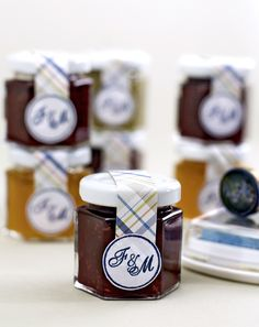 Marmelade mit Monogramm-Stempel  - Es gibt nicht nur individuelle Siegel, sondern auch Monogramm-Stempel, mit denen man die Papeterie im Nu personalisieren kann. Wir haben diese Gastgeschenke, gefüllt mit leckerer, selbstgemachter Marmelade, ganz einfach mit einem Streifen Papier und einem Aufkleber fein gemacht.