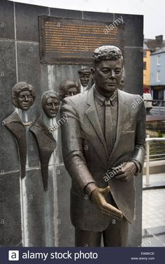 Memorial à Família Kennedy, com a estátua de bronze do ex-presidente americano John F. Kennedy em primeiro plano. Encontra-se no cais de New Ross, condado de Wexford, Irlanda.   Fotografia: © travelib history.