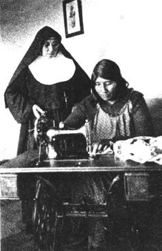 Angela recueillie à la mission salésienne en 1938, elle ne vivait plus nue.