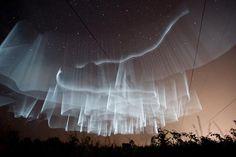 Aurora Boreal como fenômeno de exibição e visualização de transparências, formatos fluidos e a desenvoltura do caimento.