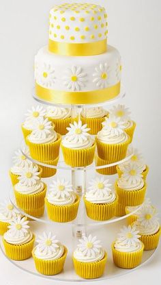 daisy wedding cake from cupcakes in yellow and white Daisy Wedding Cakes, Wedding Cakes With Cupcakes, Cupcake Cakes, Cupcakes Flores, Daisy Cupcakes, Daisy Party, Pretty Cakes, Beautiful Cakes, New Year's Desserts