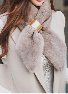 Fur Collar Coat, Fur Collars, Vogue Fashion, Daily Fashion, Winter Wear, Autumn Winter Fashion, Cozy Scarf, Fur Accessories, How To Wear Scarves