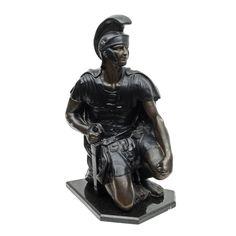 Escultura em antimônio patinado representando guerreiro..