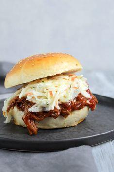 Hallo Ihr Lieben ❤️ Als USA Freak, stand das Pulled Pork schon langer auf me. Gourmet Sandwiches, Sandwiches For Lunch, Healthy Sandwiches, Pulled Beef, Pulled Pork Burger, Sandwich Packaging, Burger Co, Pork Burgers, Grilled Sandwich