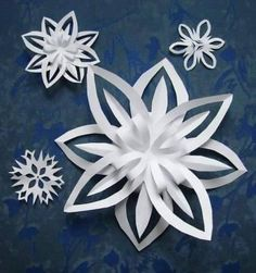 origami gemi Hang a bunch of paper snowflakes on the ceiling of the classroom for a beautiful classroom setting! Hang a bunch of paper snowflakes on the ceiling of the classroom for a beautiful classroom setting! 3d Paper Snowflakes, Snowflake Craft, Paper Stars, Holiday Crafts, Christmas Crafts, Christmas Decorations, Christmas Paper, Hang From Ceiling Decor, Classroom Ceiling