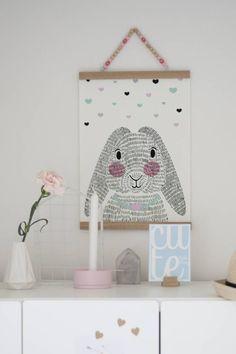 Sparkling Paper posterdisplay hout A2 roze. Hippe posterdisplay van eikenhout van Sparkling Paper. Tussen de posterlatjes zitten kleine magneetjes waartussen je de poster kan klemmen
