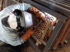 Soldador trabajando en herrería que será enviada a Venezuela.