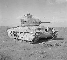 Char Matilda britannique dans le désert occidental, repris aux Allemands qui l'utilisaient contre les Britanniques à Bardia. Le 3 janvier 1942.