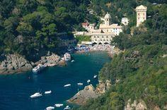 """Einen Besuch wert ist die Benediktinerabtei San Fruttuoso di Capodimonte in der gleichnamigen Bucht, welche nicht an das Straßennetz der Region angeschlossen ist und lediglich mit dem Schiff oder über einen Wanderweg am Fuße des Monte di Portofino zu erreichen ist. Auf dem Meeresgrund der Bucht von San Fruttuoso befindet sich eine Christusstatue """"Cristo degli abissi"""", aus dem Jahr 1954."""