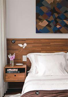 O pequeno gaveteiro, acoplado ao painel de cumaru, serve de criado-mudo no quarto projetado por Maicon Antoniolli. Furniture, Room, Bed Design, Interior, Home Bedroom, Master Decor, Home Decor, Home Deco, Interior Design