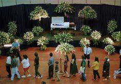 Mourners file past the body of slain Tejano singer Selena Quintanilla Perez during a public viewing April in Corpus Christi. Selena Quintanilla Perez, Selena Quintanilla Funeral, Selena And Chris, Selena Selena, J Lopez, Selena Pictures, Jackson, Desi Arnaz, Famous Graves