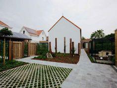 Het witte woonerf, grasdallen, renovatie binnentuin, omheind kippenhok – Ypsilon Architecten