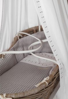 Echte eyecatcher in de #babykamer: een rieten wieg | Real eyecatcher in de #nursery: a wicker crib!