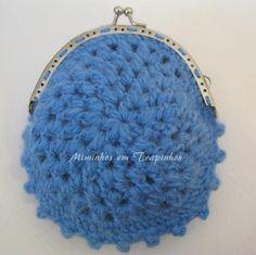 Bolsinha em lã azul com fecho de 10 cm