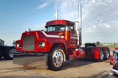 Awesome custom R model 💪💯‼️😱 Old Mack Trucks, Big Rig Trucks, Semi Trucks, Cool Trucks, Peterbilt, Kenworth Trucks, Custom Big Rigs, Custom Trucks, Mack Attack