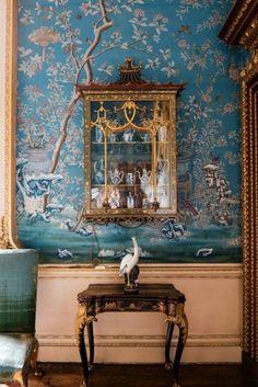 Wandgestaltung Mustertapete Kommode Stühle Spiegel