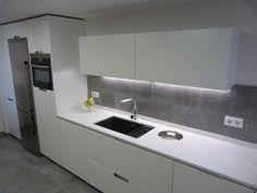Cocina blanca y gris, mobiliario MINOS de SANTOS http://www.renovainteriors.com/blog/una-cocina-moderna-serena-y-con-espiritu-vital-cj/