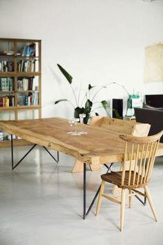 table en bois clair, chaise en bois de style scandinave, murs blancs, idée déco récup