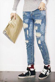 Today's Hot Pick :休闲乞丐风做旧破损纹窄腿牛仔裤 http://fashionstylep.com/SFSELFAA0005875/aurajcn/out