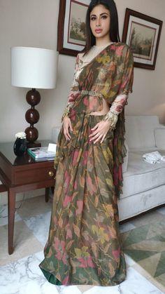Dress Indian Style, Indian Fashion Dresses, Indian Designer Outfits, Saree Wearing Styles, Saree Styles, Fancy Blouse Designs, Saree Blouse Designs, Stylish Sarees, Stylish Dresses