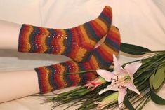 Vellamo-sukkien aaltoilevat varret suorastaan imartelevat pätkävärjättyjä ja raidoittuvia lankoja. Aaltoileva pinta syntyy sukanvarteen kavennuksilla ja langankierroilla, ja mallineule on helppo ne… Knitting Socks, Knit Socks, Fingerless Gloves, Arm Warmers, Mittens, Fashion, Slipper, Tights, Fingerless Mitts