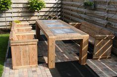 tuintafel met stoelen en bank van steigerhout