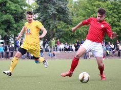 #Lukas #Rebsch gewinnt den Ball vor seinem Gegenspieler vom #1FCNeubrandenburg.