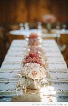 Decoración elegante y sencilla con rosas blancas para mesa de boda