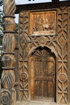 Maramures, Roumanie.  Vue partielle d'un portail en bois. Cantilever Architecture, Wooden Architecture, Arched Windows, Windows And Doors, Entrance Doors, Doorway, Gate Handles, Knobs And Knockers, Cool Doors