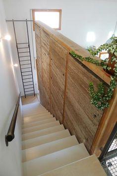 Mur en pisé intérieur en bordure de l'escalier