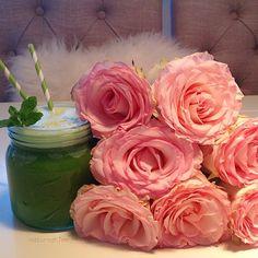 Grønn smoothie og en rosebukett <3 Perfekt liten snack eller lunsj til kjæresten. Smoothien består av avokado, kokosnøttolje, spirulina, spinat, kål. @naturoghjem