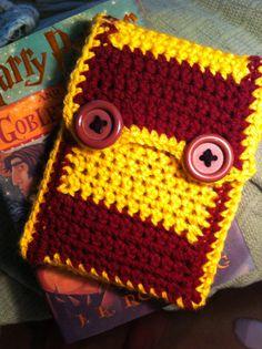 Crocheted Harry Potter Gryffindor theme E-Reader Cozy - Kim would die! Crochet Geek, Crochet Home, Knit Crochet, Harry Potter Wedding, Harry Potter Love, Harry Potter Crochet, Nerd Crafts, Crochet Patterns, Crochet Ideas
