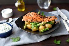 Varmrøkt ørret med grønn potetsalat Salmon Burgers, Healthy, Ethnic Recipes, Food, Kochen, Salmon Patties, Meal, Essen, Hoods