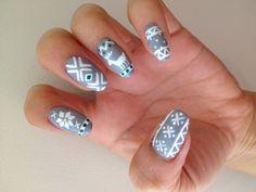 déco ongles Noël base grise avec flocons en blanc
